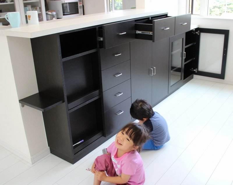 家具のまわりで遊ぶ子供たち