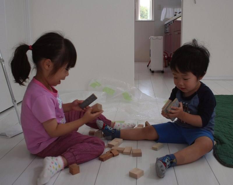 円山工芸のオリジナル積み木で遊ぶ子供たち