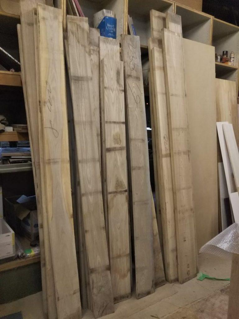 無垢材を吟味してます。壁面収納飾り棚に使用する無垢材