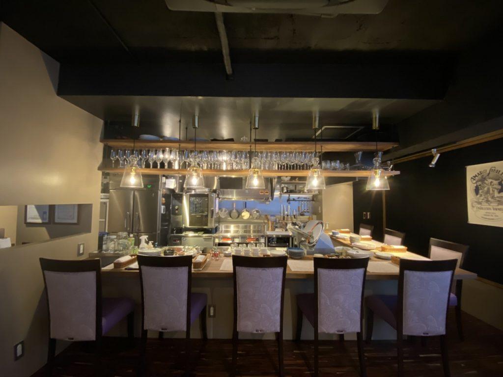 厨房内上部には天吊りの棚を製作 ワイングラスもたっぷりと飾れます。