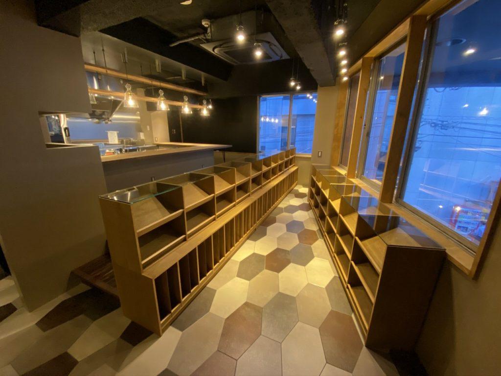 赤坂に有る猫とワインの店。天板には8ミリのガラス