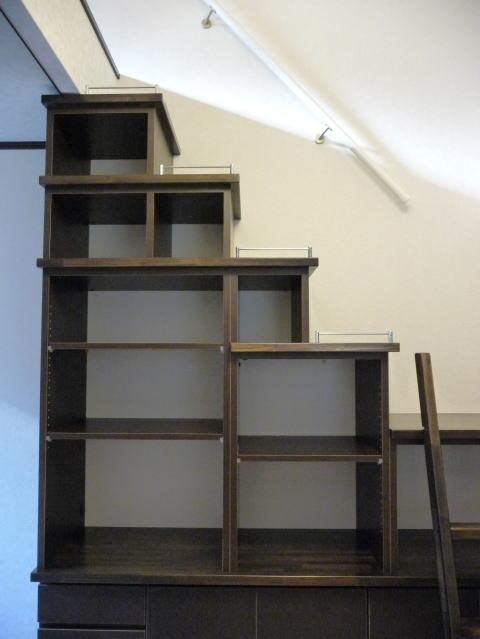 時間をかけて丁寧にオーダー家具階段収納が組みあがりました