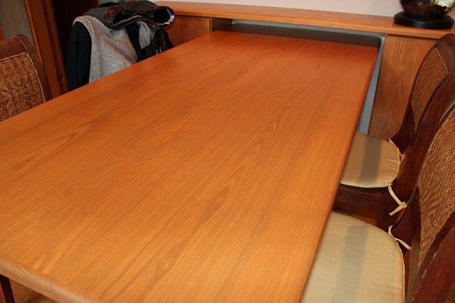 着色塗装されたテーブルの様子