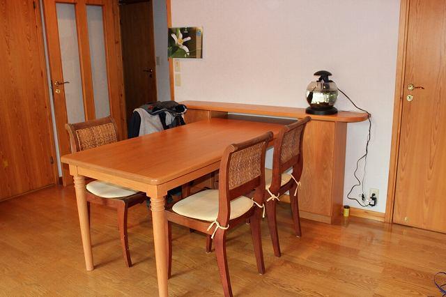 テーブルと収納家具の設置完成写真