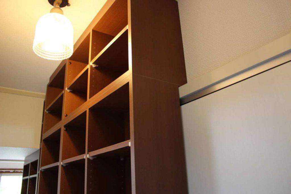 複雑な梁に合わせて作った本棚