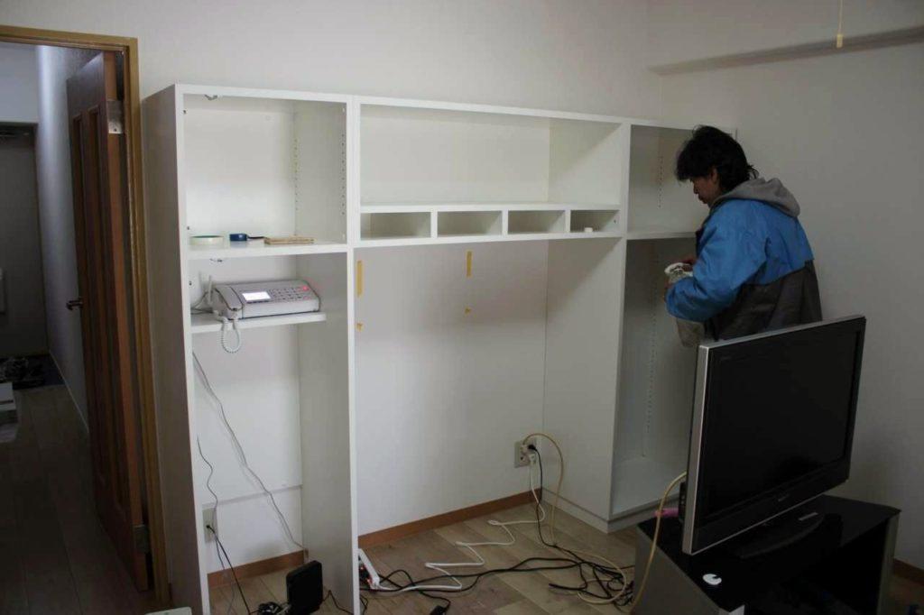 小分けされた家具を接合中