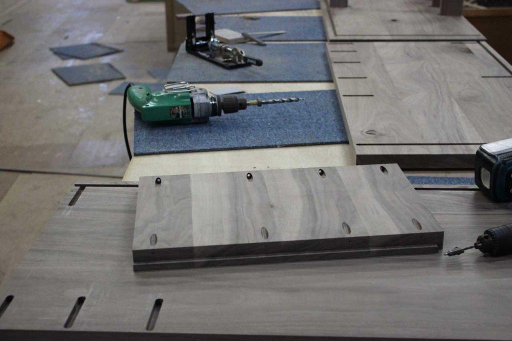 工具を使い木材加工
