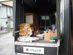 トラックで積み込み準備